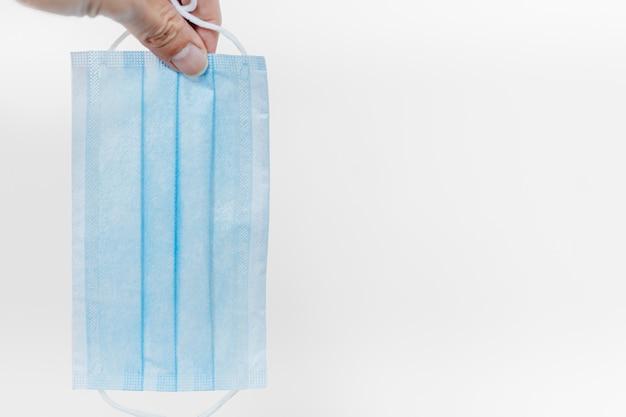 Maschera facciale monouso o visiera in carta per filtro dell'aria per proteggere da virus o inquinamento da polvere di fumo su sfondo bianco