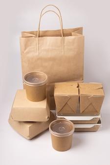 Imballaggio monouso per la consegna di alimenti su sfondo grigio