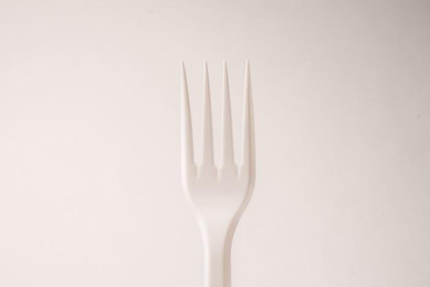 Forchette usa e getta su uno sfondo bianco isolato
