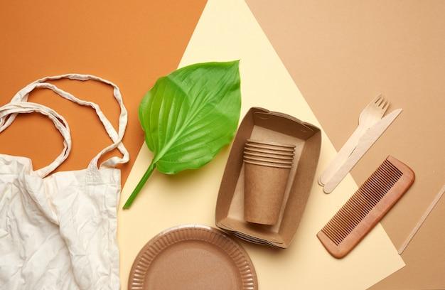 Utensili di carta usa e getta in carta marrone artigianale e materiali riciclati