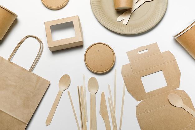 Stoviglie a gettare fatte di legno e di carta di bambù, su bianco