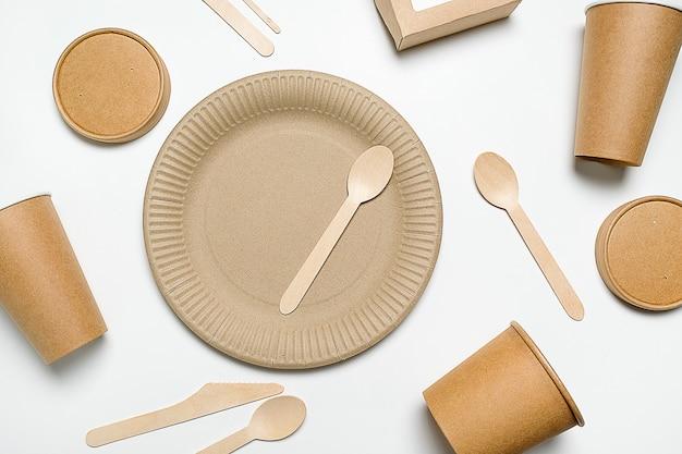 Stoviglie monouso in legno di bambù e carta.