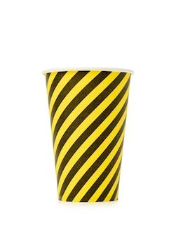 Tazza a strisce gialla usa e getta isolata su sfondo bianco, zero rifiuti