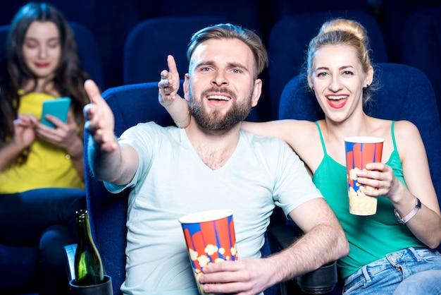 Coppia insoddisfatta che guarda film seduti al cinema