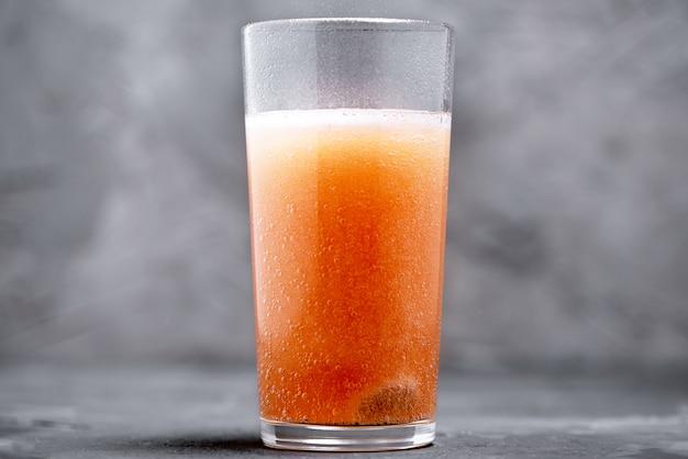 Sciogliere la compressa effervescente in un bicchiere d'acqua