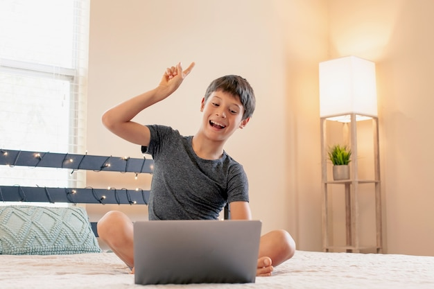 Formazione online a distanza scolaro che studia a casa e fa i compiti a scuola