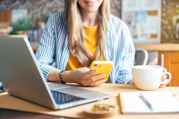Formazione a distanza online istruzione e lavoro donna d'affari che fa una videochiamata facetime felice