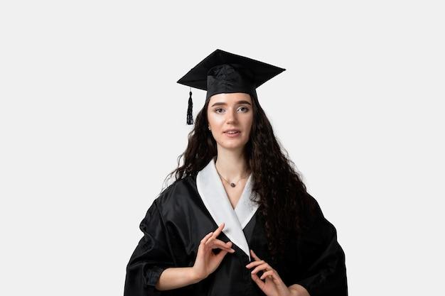 Apprendimento a distanza online. studia a casa. laurea dal college. laureato in abito nero sorriso. donna divertente che sorride dopo l'università di finitura di successo e la laurea magistrale completa