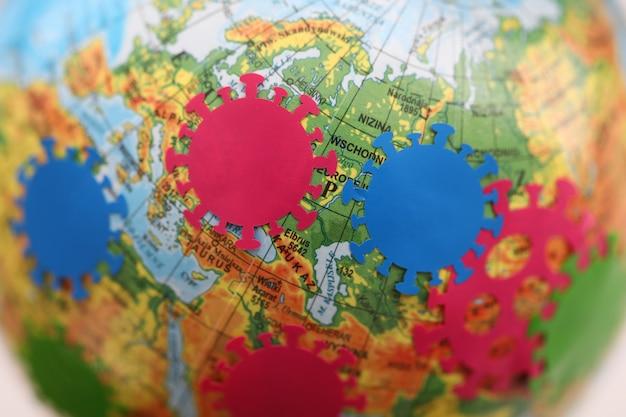 Primo piano online di sorveglianza di pandemia di coronavirus della mappa di distribuzione