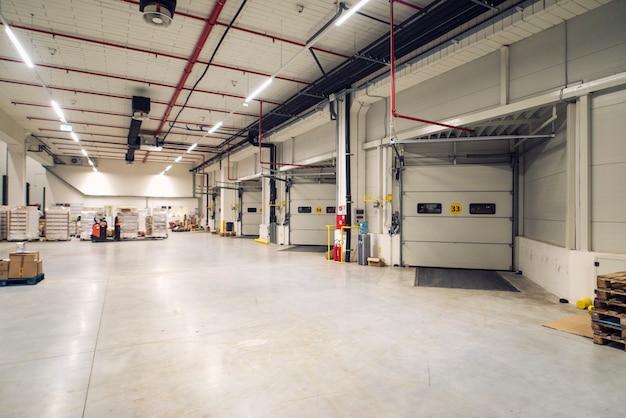 Interno magazzino di distribuzione con terminal per camion.