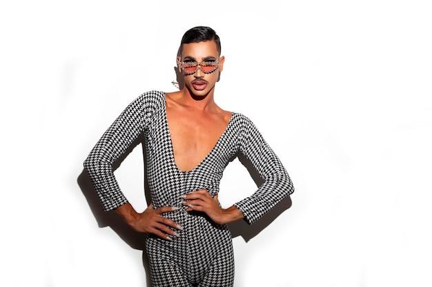 Diva drag queen in posa in una notte glitterata su sfondo bianco