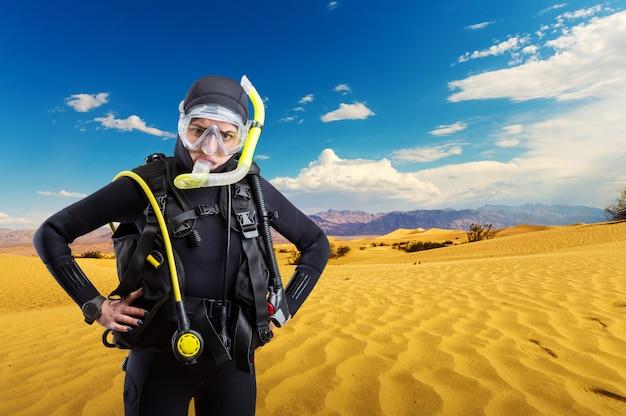Operatore subacqueo in piedi nel deserto, sport subacqueo