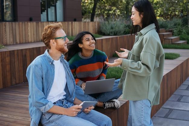 Gente di affari varia che incontra la comunicazione che condivide idee