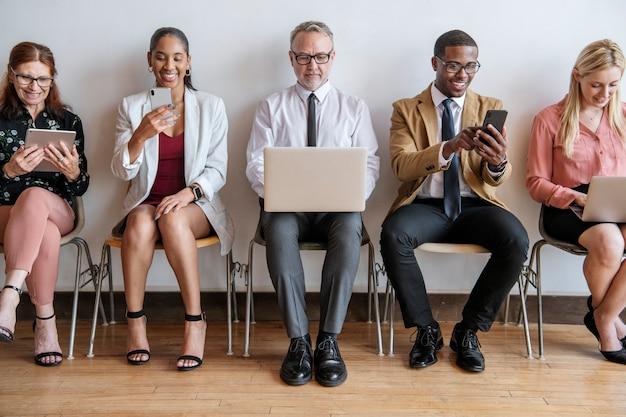 Diversi uomini d'affari che utilizzano dispositivi digitali