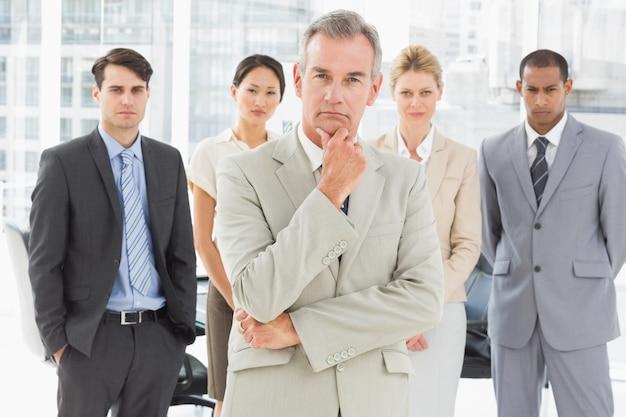 Squadra varia di affari che guarda l'obbiettivo