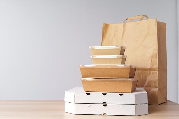 Diversi contenitori per alimenti da asporto. consegna del cibo