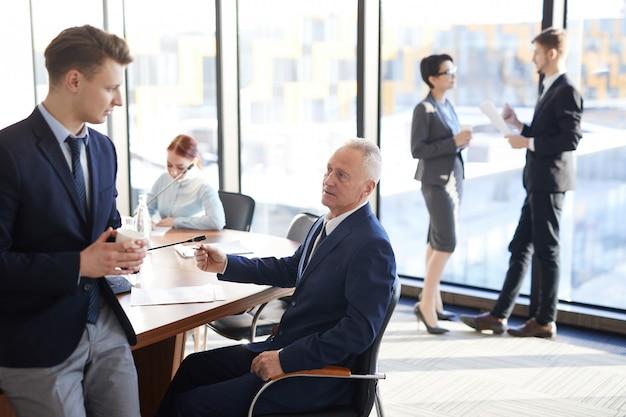 Gruppo eterogeneo di uomini d'affari al lavoro