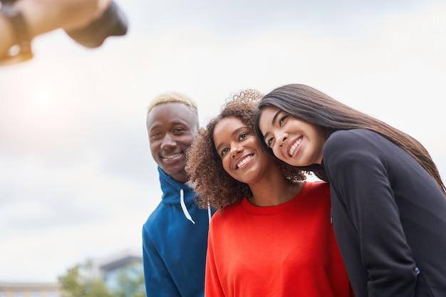 Diverse persone del gruppo afro-americano asiatico trascorrere del tempo insieme