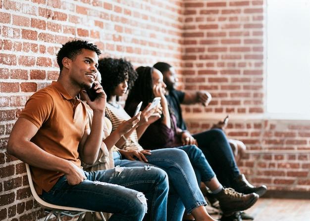 Persone diverse che si concentrano sui loro telefoni
