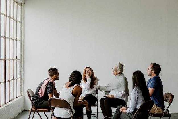 Diverse persone in una sessione di gruppo di supporto