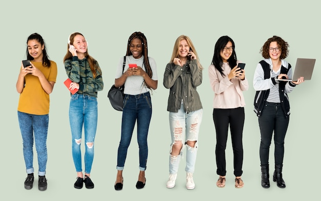 Diverso di persone che utilizzano lo studio di comunicazione dei dispositivi di digitahi isolato