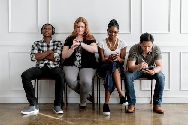 Diverse persone che utilizzano dispositivi digitali