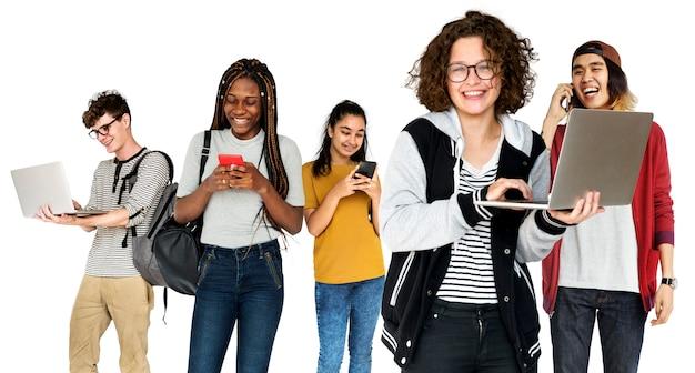 Diverso di giovani adulti che utilizzano lo studio dei dispositivi digitali isolato