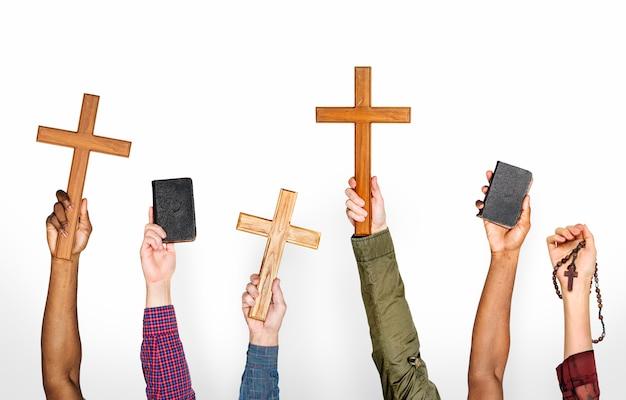 Diversità mani che tengono simboli chirstian