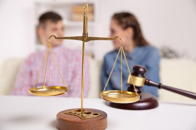 Concetto di divorzio. problema di coppia. l'uomo e la donna si sono lasciati.