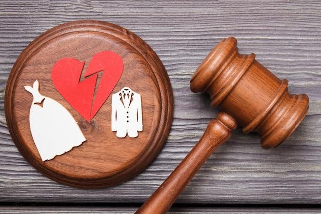 Concetto di divorzio piatto laici. cuore spezzato e martelletto.