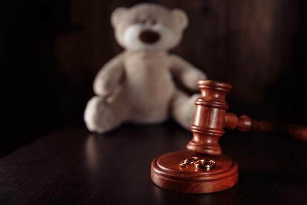 Concetto di divorzio anelli di martelletto di legno e orsacchiotto