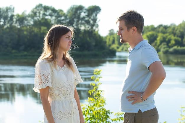 Divorzio, litigio e problema di relazione - giovane coppia arrabbiata l'una con l'altra.