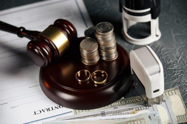 Documenti di divorzio e fedi nuziali sul tavolo