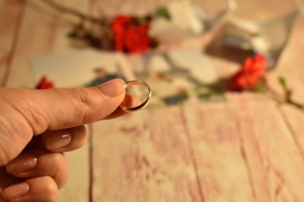 Divorzio e separazione delle coppie. donna che tiene una fede nuziale