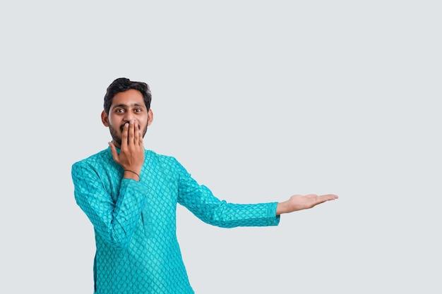 Concetto di festival di diwali, giovane uomo indiano che mostra la mano vuota