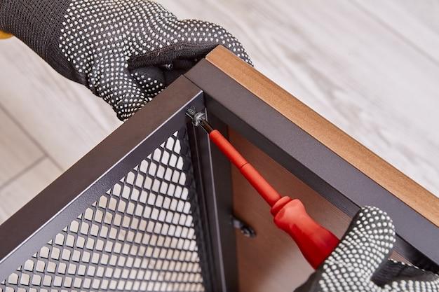 Assemblaggio fai-da-te di mobili flat pack a casa