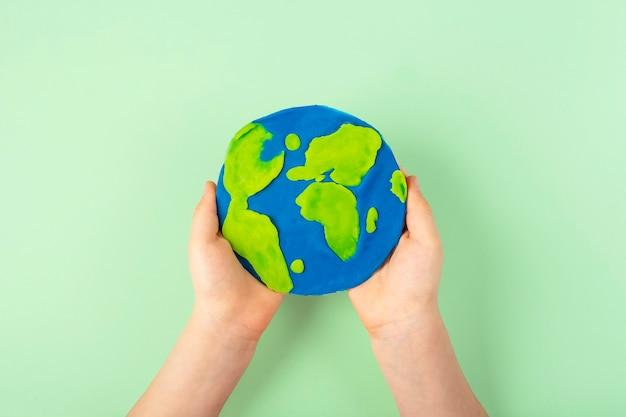 Creatività fai da te e bambini. istruzioni passo passo: crea il pianeta terra da un compact disc e dalla plastilina.