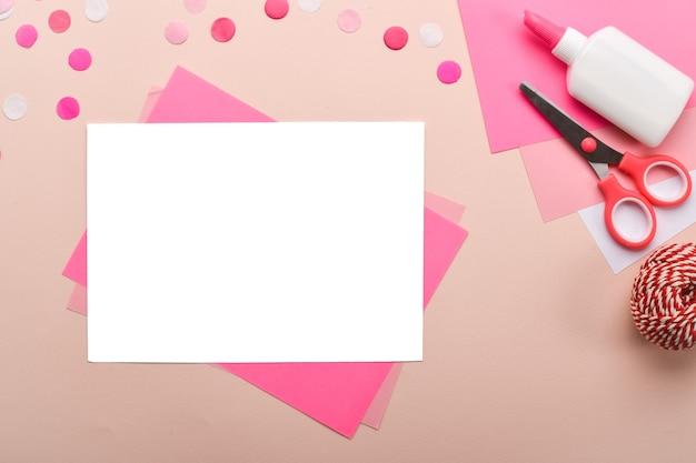 Fai da te. fenicottero rosa per bambini in carta colorata. istruzioni dettagliate passo dopo passo.