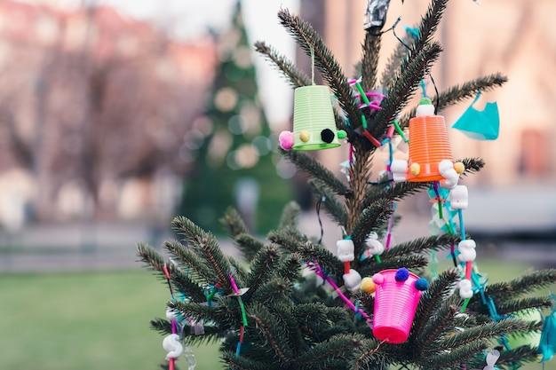 Decorazione fatta a mano fai da te su un albero di natale ambiente e concetto di rifiuti zero