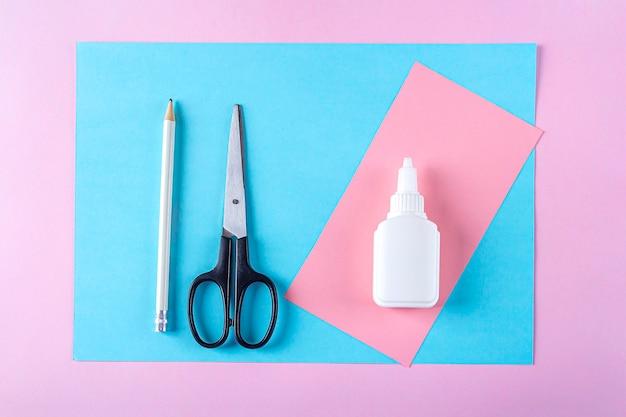 Creatività fai-da-te e per bambini, origami. istruzioni passo passo: come creare un coniglietto pasquale segnalibro. strumenti di preparazione step1 (carta colorata, forbici, colla, matita). artigianato pasquale.