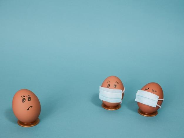 Uova di pasqua mascherate fai da te per decorare le tue vacanze di pasqua copia spazio