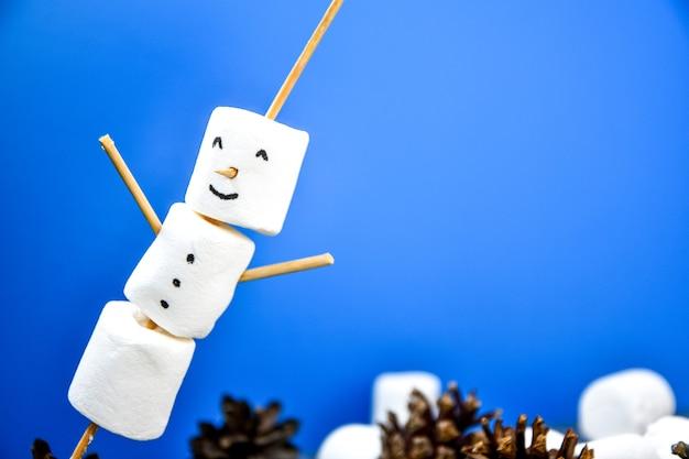 Marshmallows bianchi fai da te dolci per bambini divertenti marshmallow pupazzo di neve. passo dopo passo. decorazioni natalizie. copia spazio