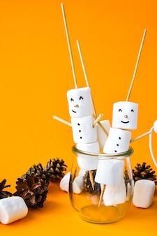 Marshmallows bianchi fai da te dolci per bambini divertenti marshmallow pupazzo di neve. passo dopo passo. decorazioni natalizie