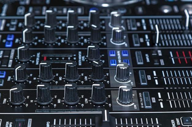 Dj console cd mp4 deejay mixando musica da tavolo festa in discoteca. console dj per esperimenti con la musica