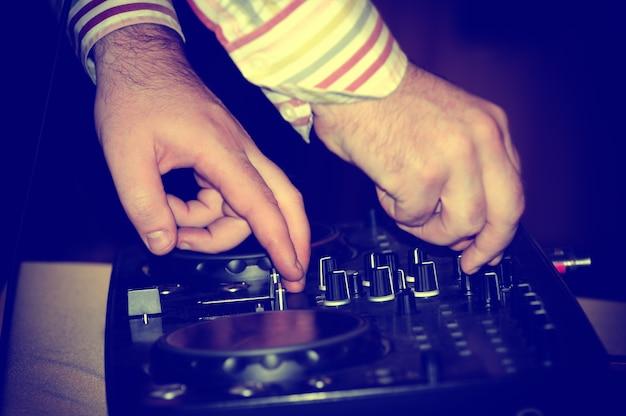 Dj mixa la traccia in discoteca alla festa