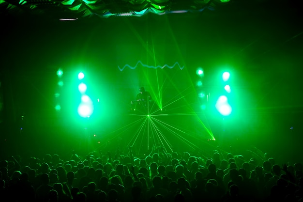 Un dj che si esibisce in una discoteca rave