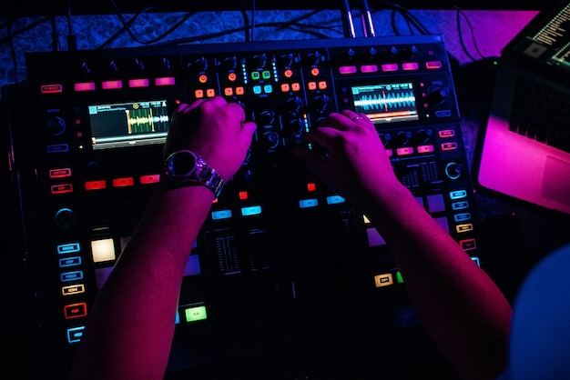 Dj suona musica elettronica in una discoteca a una festa