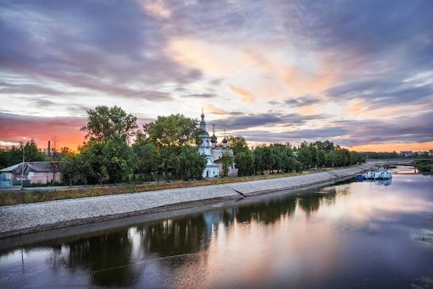 Dmitry prilutsky chiesa sulle rive del fiume vologda nella città di vologda su un'alba d'estate mattina