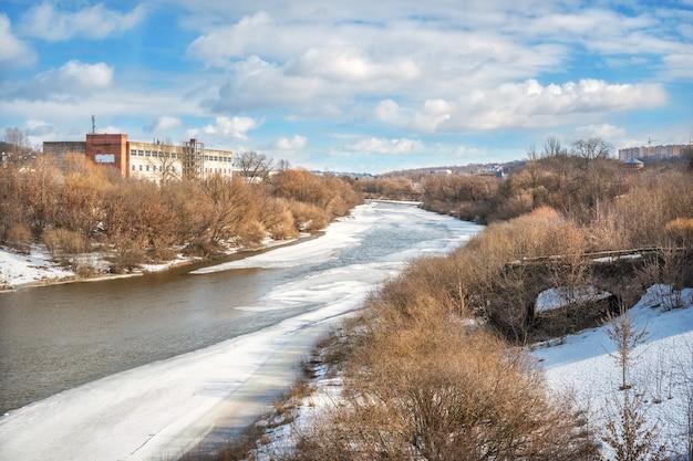 Il fiume dnepr e i resti del vecchio ponte a smolensk sotto il cielo blu primaverile