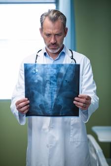 Medico che analizza raggi x pazienti in reparto